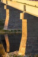 pont à travers la rivière musa à bauska. photo
