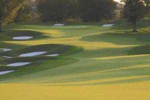 parcours de golf en automne au coucher du soleil photo