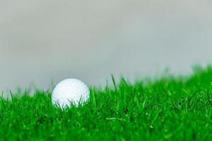 balle de golf sur l'herbe dans le golf, Thaïlande photo