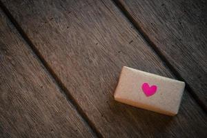 coffret cadeau sur fond en bois