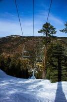 Télésiège vide au-dessus des pentes couvertes de neige du Nouveau-Mexique photo