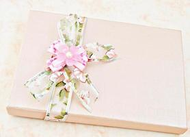 boîte avec ornements de fleurs photo
