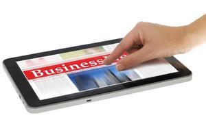 Zoom de la main sur les nouvelles numériques sur ordinateur tablette, isolé photo
