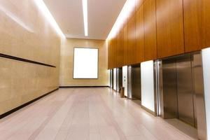 couloir vide dans l'immeuble de bureaux moderne photo