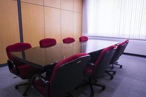 table et chaises de conférence dans la salle de réunion photo