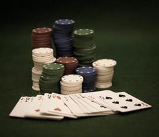 cartes et pile de jetons de poker photo