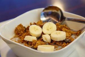 son de raisins secs avec des bananes et du lait photo