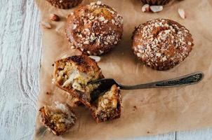 Muffins aux arachides et aux bananes maison sur du papier sulfurisé photo