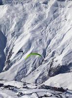 vitesse de vol dans les montagnes d'hiver au soleil belle journée photo