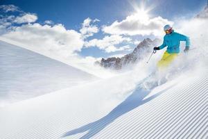 skieur ski alpin en haute montagne photo