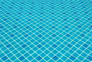 eau déchirée bleue dans la piscine