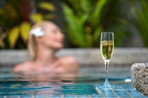champagne près de la piscine sur un fond