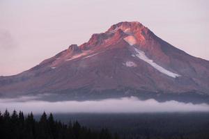 mt hood, station de ski, nuages bas, trillium, lac, territoire oregon photo