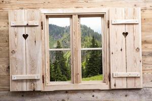 fenêtre en bois avec des reflets de montagne