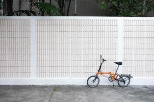 Parcs à vélos orange devant le mur photo