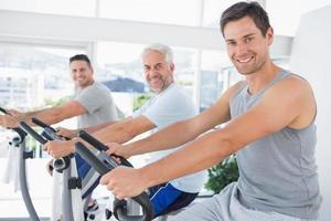 hommes sur des vélos d'exercice