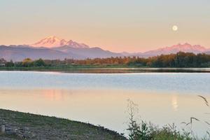 pleine lune bleue sur mt. boulanger et montagne de trois soeurs photo