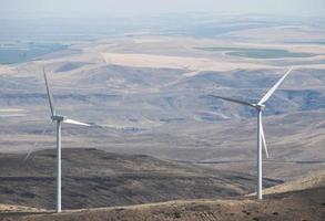 Éoliennes sur le col de montagne dans l'État de Washington central photo