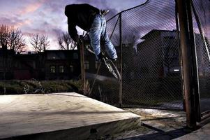 motard monte la clôture photo