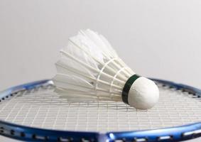 volant sur raquette de badminton photo