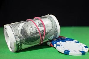 rouleau de cent dollars, jetons de poker sur un photo