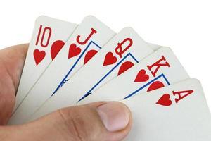cartes à jouer flush royal à la main. photo