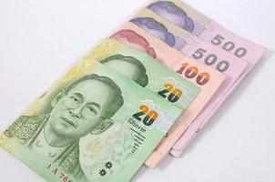 diverses valeurs de billets de banque thaïlandais. photo