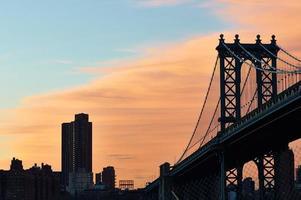Pont de Manhattan et vue sur la silhouette de l'horizon de Brooklyn au coucher du soleil