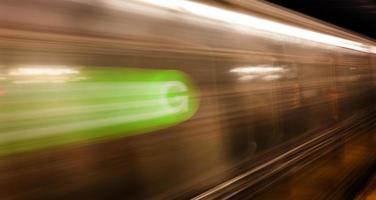 train à grande vitesse arrive photo