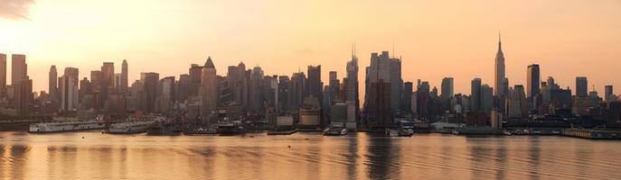 panorama du lever du soleil de la ville de new york photo