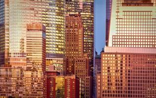 Fond de bâtiment en verre moderne au coucher du soleil, New York City, USA photo
