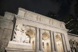 lion en marbre à l'extérieur de la bibliothèque de la ville de new york photo