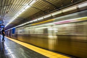 train en mouvement rapide manhanttan métro de newyork