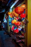 lanternes artisanales dans la vieille ville de hoi an, vietnam photo