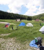 tentes en dôme dans les montagnes lors d'un camping de boyscouts photo