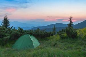 tente dans les montagnes