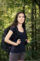 fille de randonnée heureuse avec sac à dos de voyage