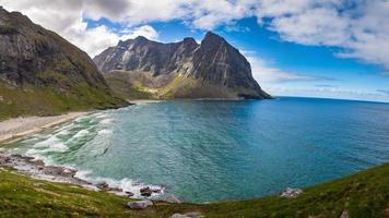 Plage paradisiaque de Kvalvika sur les îles Lofoten en Norvège photo