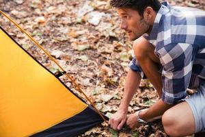 bel homme, mettre en place une tente photo