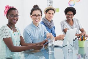 jeune équipe créative ayant une réunion photo