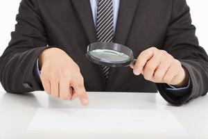 homme affaires, pointage, par, loupe, documents photo