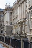 palais royal de madrid, vue latérale, espagne photo