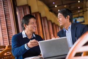 discuter d'informations sur l'écran d'un ordinateur portable photo