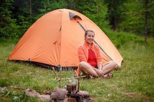 tente touristique femme joyeuse photo