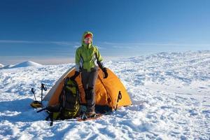 camping pendant la randonnée d'hiver dans les montagnes des Carpates
