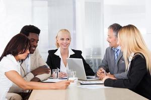 groupe de gens d'affaires discutant ensemble photo