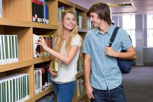 étudiants discutant dans la bibliothèque photo