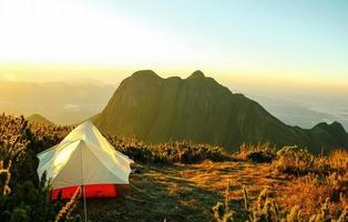 tente au sommet d'une montagne photo