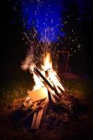 grand feu de joie et étincelles dans la nuit