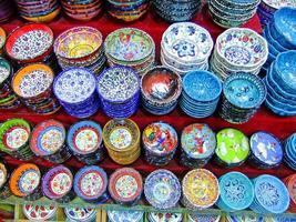 Affichage de la poterie colorée, Istanbul, Turquie photo